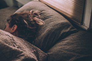 femme qui dort bien après une douche froide
